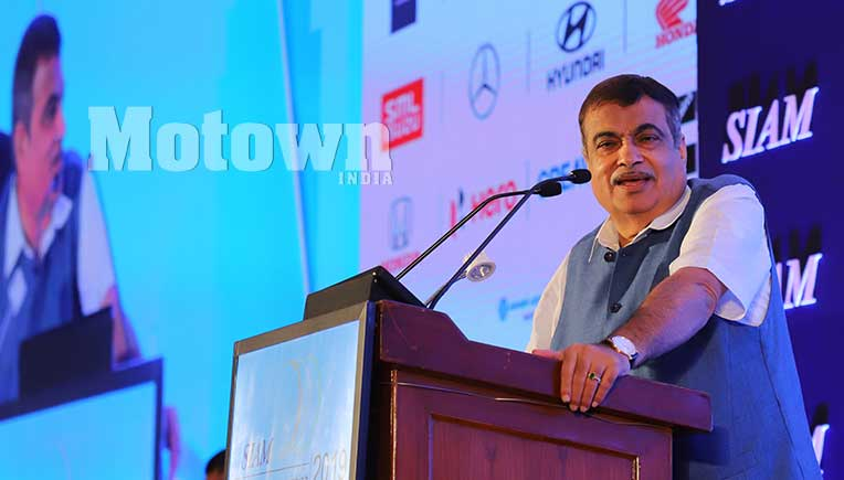Gadkari leaves behind a belligerent tone and assures auto industry